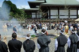 成田山新勝寺,火渡り修行の写真素材 [FYI02832122]