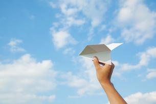 紙飛行機を持つ手の写真素材 [FYI02832140]