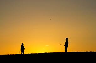 バドミントンをするカップルの写真素材 [FYI02832150]