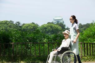 名古屋城と介護士とシニア女性の写真素材 [FYI02832170]