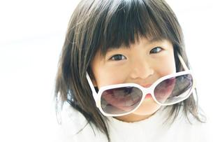 サングラスをかけた日本人の女の子の写真素材 [FYI02832178]