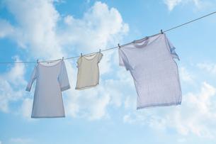 青空と洗濯物の写真素材 [FYI02832228]