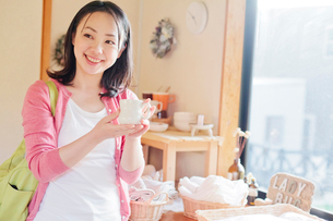 ショッピングをする日本人女性の写真素材 [FYI02832245]