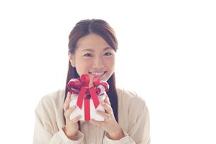 プレゼントボックスを持つ笑顔の女性の写真素材 [FYI02832279]