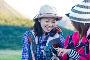 カメラを覗く日本人女性の写真素材 [FYI02832319]