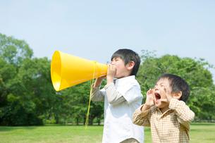 メガホンを持って叫ぶ日本人の兄弟の写真素材 [FYI02832408]