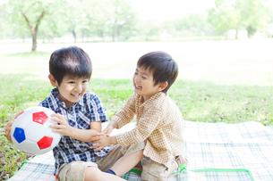 サッカーボールで遊ぶ日本人兄弟の写真素材 [FYI02832437]