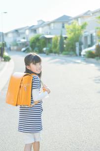 ランドセルを背負う小学生の女の子の写真素材 [FYI02832600]