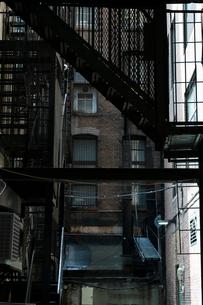 マンハッタン ビルの合間とファイヤーエスケープの写真素材 [FYI02832661]