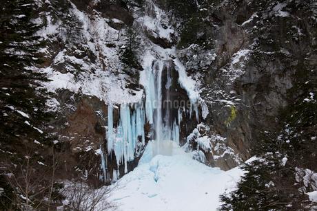 冬の平湯大滝の写真素材 [FYI02832692]