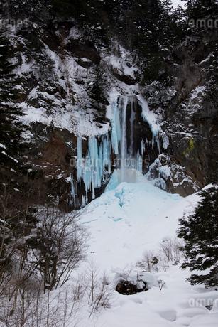 冬の平湯大滝の写真素材 [FYI02832734]