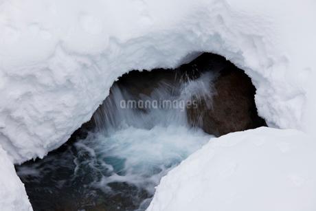 水の流と雪景色の写真素材 [FYI02832792]