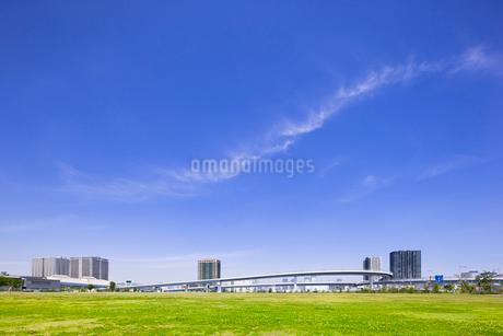 公園と高架道路とタワーマンションの写真素材 [FYI02832905]