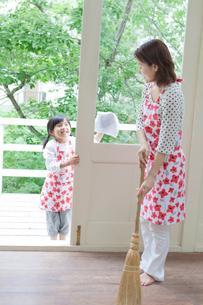 掃除をする日本人の母と娘の写真素材 [FYI02832962]