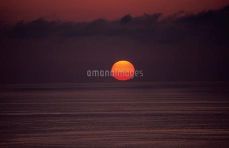 海と夕陽の写真素材 [FYI02832964]