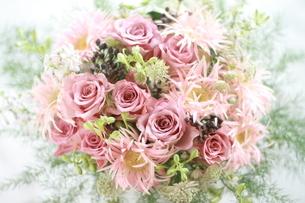 ピンクのバラとガーベラの花アレンジの写真素材 [FYI02832978]