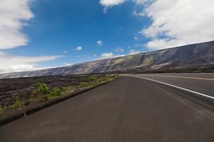 ハワイ島 キラウエア火山のホーレイパリとチェーンオブクレーターズロードの写真素材 [FYI02832982]