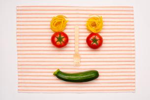 野菜で作る顔の写真素材 [FYI02832996]