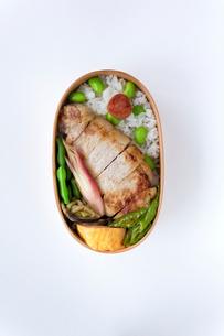豚の塩麹焼き弁当の写真素材 [FYI02833023]