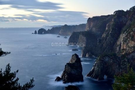 夜明けの海岸の写真素材 [FYI02833025]