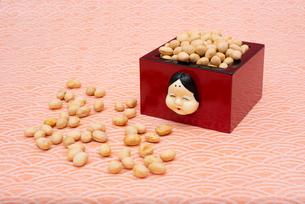 お多福のお面付の枡に入った煎り大豆の写真素材 [FYI02833036]
