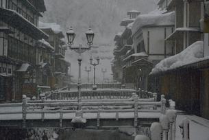 雪の銀山温泉の写真素材 [FYI02833081]
