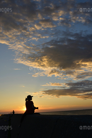 防波堤で海を見る人の写真素材 [FYI02833118]