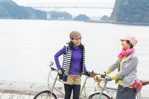 海辺で会話をする2人の女性の写真素材 [FYI02833149]