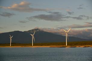 鳥海山と風車の写真素材 [FYI02833185]