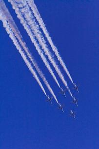 ブルーインパルスのアクロバット飛行の写真素材 [FYI02833209]