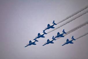 ブルーインパルスのアクロバット飛行の写真素材 [FYI02833226]