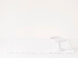 ケーキスタンドとレースのふちどりの布の写真素材 [FYI02833257]