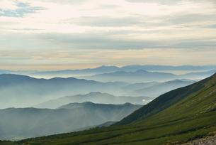 乗鞍岳から見える山の連なりの写真素材 [FYI02833291]