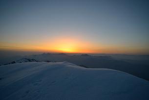日の出前の山頂の写真素材 [FYI02833292]