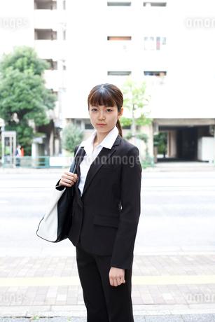 スーツを着てビジネスバッグを持っている女性の写真素材 [FYI02833383]