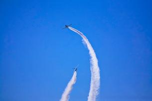 ブルーインパルスのアクロバット飛行の写真素材 [FYI02833395]