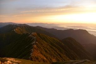 朝日に照らされる表銀座コースの稜線の写真素材 [FYI02833416]