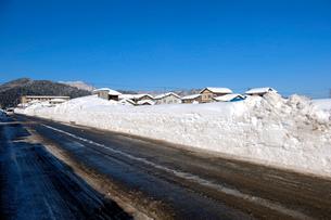 除雪した道の写真素材 [FYI02833437]