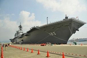 清水港に停泊する護衛艦いずもの写真素材 [FYI02833443]