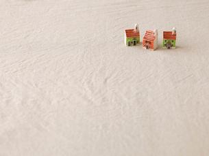 家のおもちゃとベージュの布の写真素材 [FYI02833449]