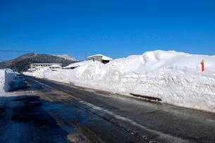除雪した道の写真素材 [FYI02833455]