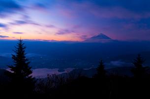 新道峠から望む河口湖と富士山の写真素材 [FYI02833465]