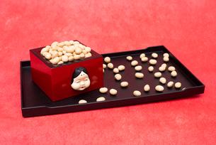 お多福のお面付の枡に入った煎り大豆の写真素材 [FYI02833499]