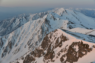 残雪の杓子岳と白馬鑓ヶ岳の写真素材 [FYI02833521]