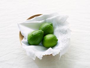 青いレモンと木のうつわの写真素材 [FYI02833529]