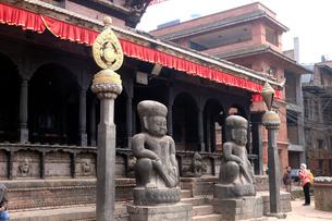 ダッタトラヤ寺院の戦士の石像の写真素材 [FYI02833537]
