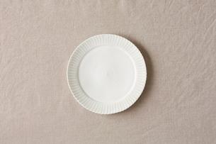 ベージュの麻の布と白い皿の写真素材 [FYI02833556]