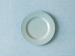 水色の布と水色の皿の写真素材 [FYI02833590]