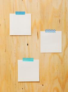 木の板と紙とマスキングテープの写真素材 [FYI02833593]