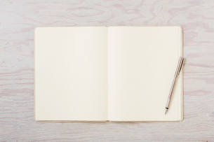 ノートと机とペンの写真素材 [FYI02833618]